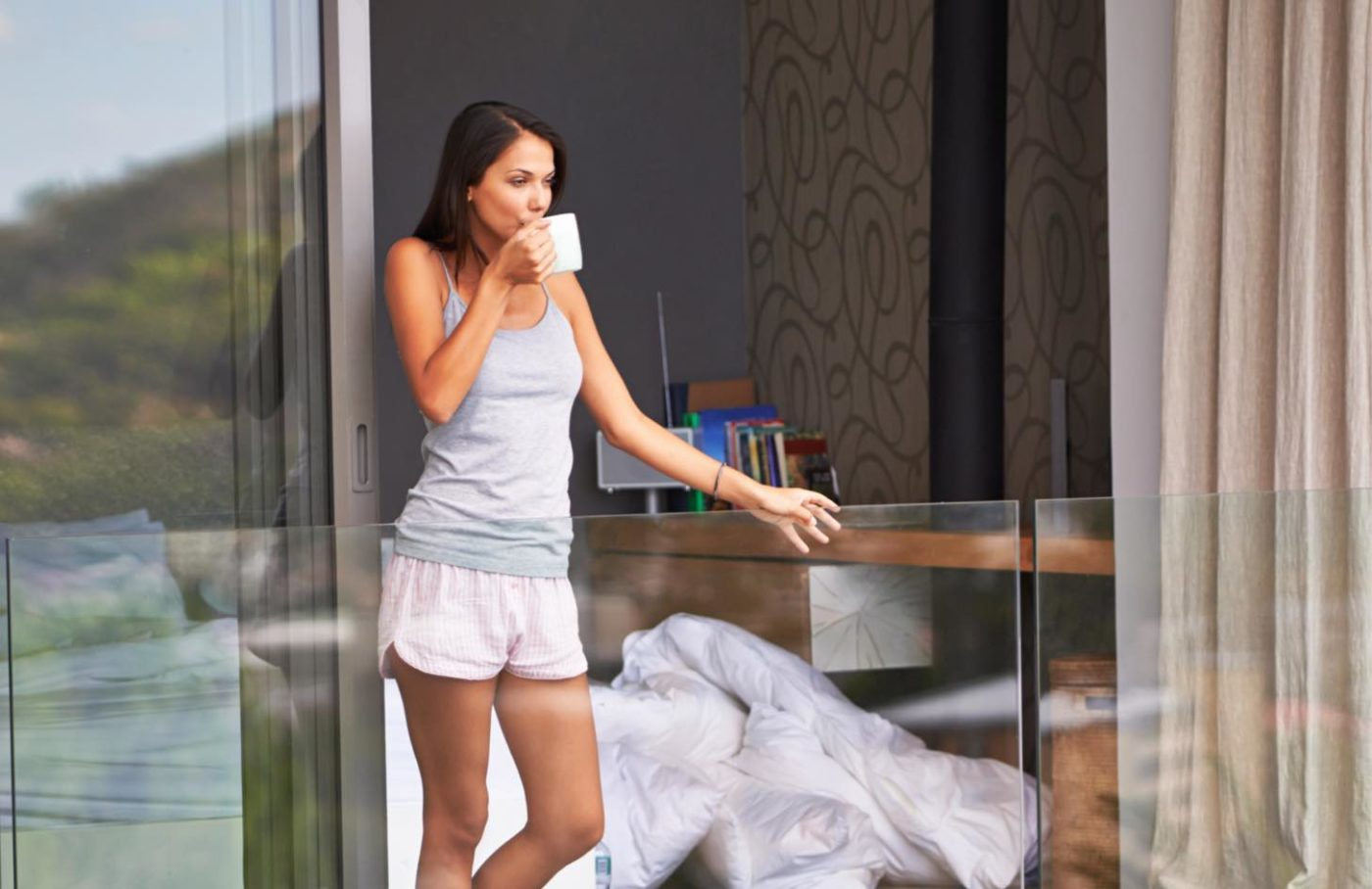 Photo of lady leaning on IDSystems glass balustrade