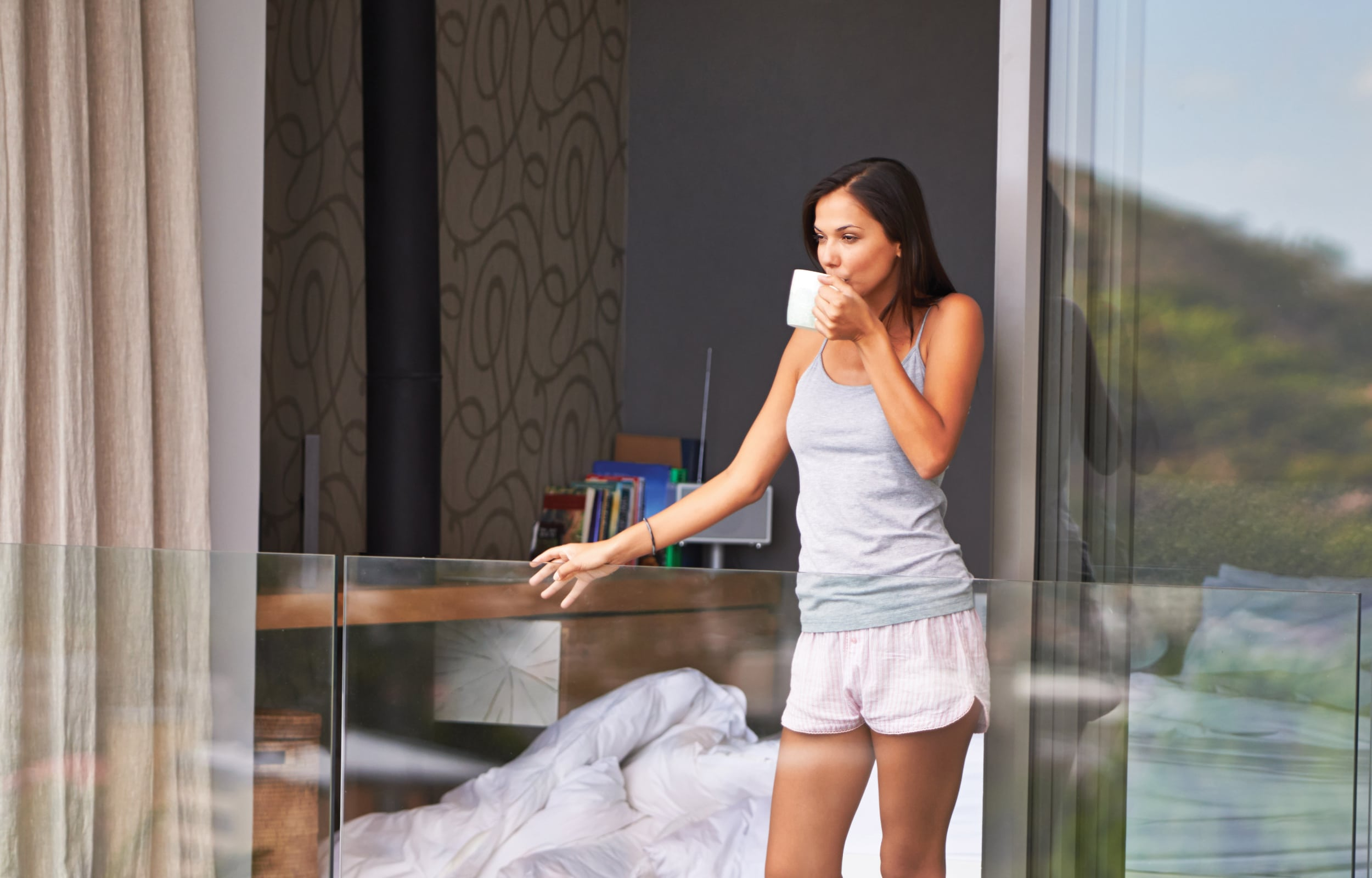 Lady leaning on IDSystems glass balustrade