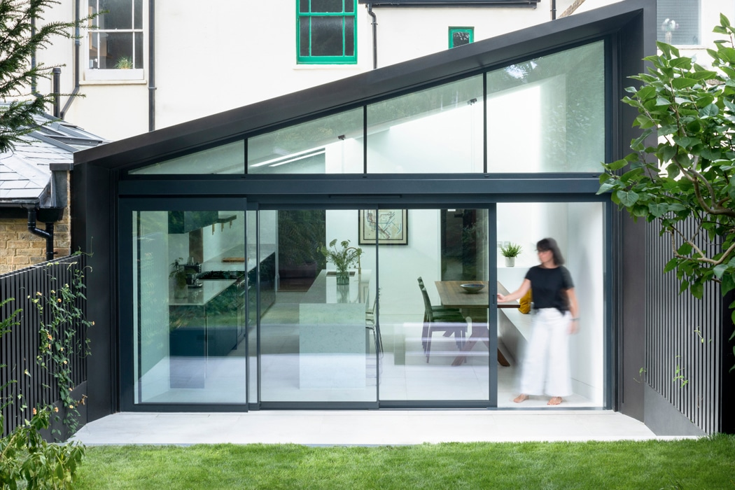 IDSystems theEDGE2.0 sliding doors - 4-panel door systems with angled fixed frame windows above