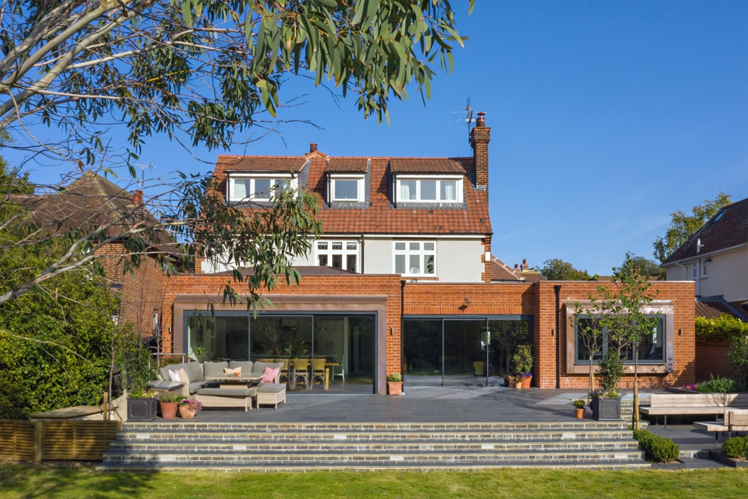 IDSystems theEDGE2.0 sliding doors - This stylish red-brick extension features three sets of sliding doors that perfectly frame the views out whilst letting light in