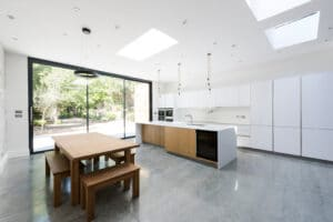 IDSystems theEDGE2.0 sliding doors - The narrow frames maximise the amount of glass, drawing light into the room to create a contemporary open plan kitchen