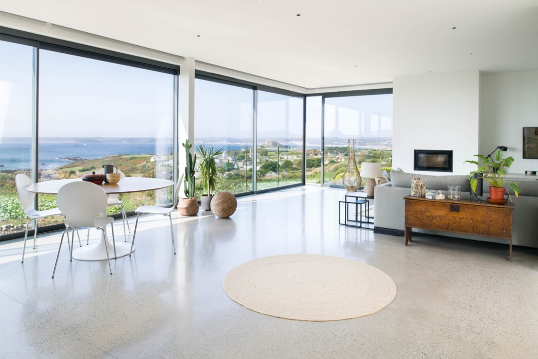 IDSystems theEDGE2.0 sliding doors - Designed with the ability to create a completely open corner, this set of sliding doors help maximise the stunning views out to sea