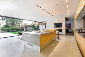 IDSystems theEDGE2.0 sliding doors - This six panel set of sliding doors connect this huge open plan kitchen with a stylish terrace