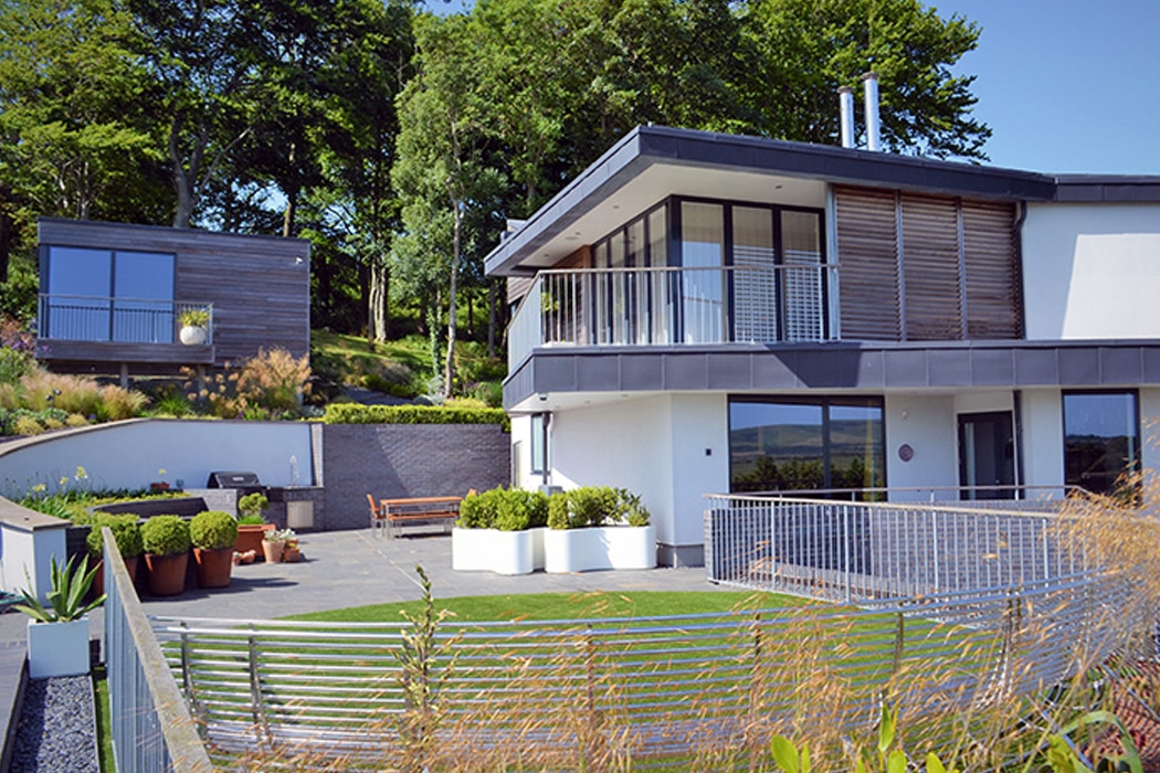 This incredible new-build home features a corner-opening set of SF55 bifold doors